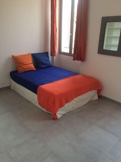 Lumineux séjour avec lit 2 places