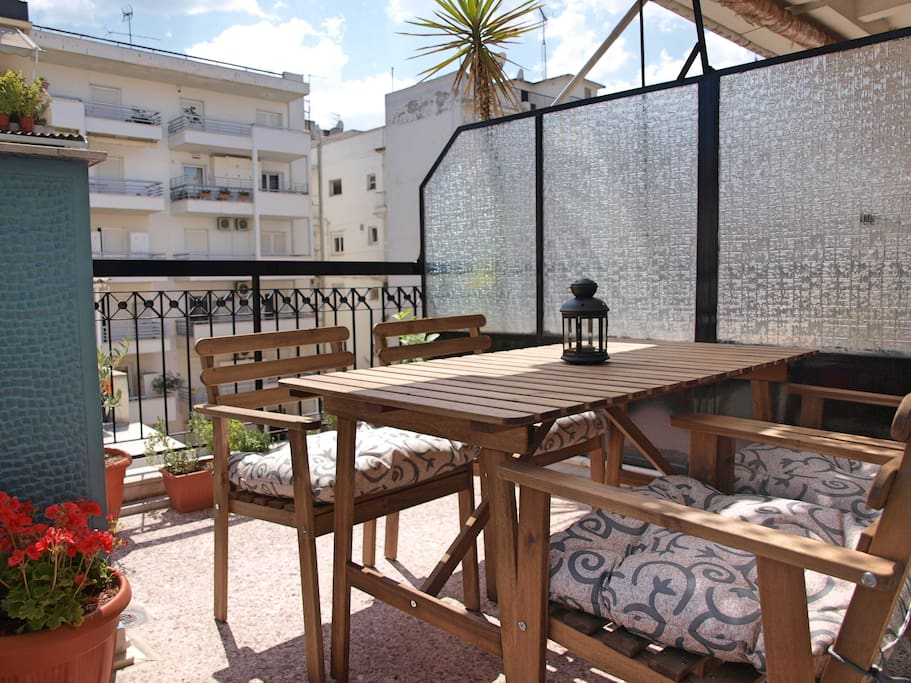 The apartment is located on the 6th floor and enjoys a nice balcony with excellent views, plants and a table to enjoy a romantic dinner.