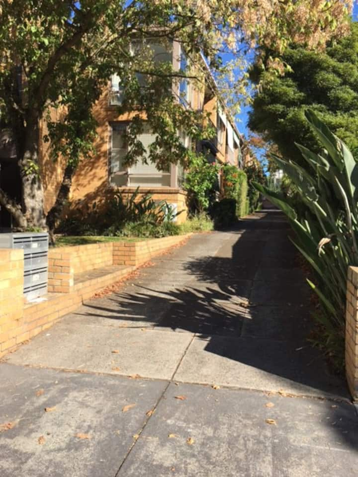 One bed unit in the leafy suburb of Hawthorn East.