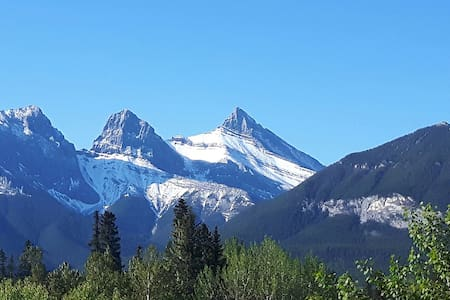 Home away from home with Three Sisters Mtn view - Canmore