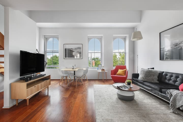 Gorgeous loft style apartment, beautiful big windows.