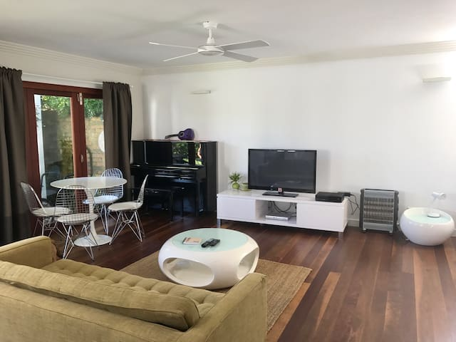 Large, modern beachside studio - North Manly