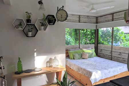 Lush lodge w/ balcony perfect for couples & work