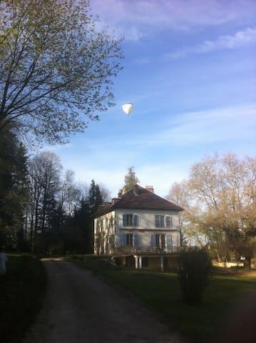 Maison de maître cadre verdoyant - Arc-et-Senans