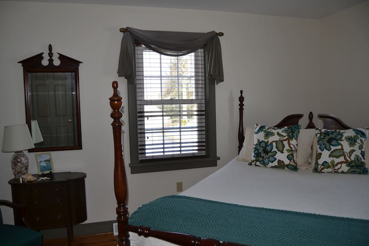 Single Room w/ Queen Bed at Mama Carmen's House - Strasburg - Huis