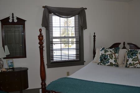 Single Room w/ Queen Bed at Mama Carmen's House - Strasburg - 獨棟