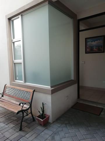 Comparto apartamento elegante, céntrico y seguro.