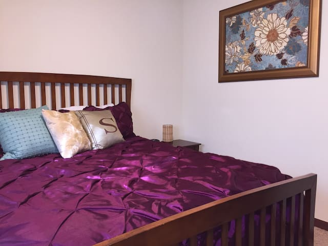 Homey Queen Bed+ Private Bath near Airport - Cedar Rapids - Şehir evi