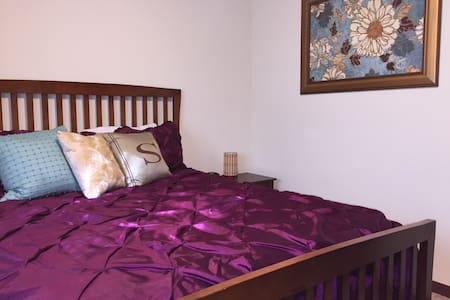 Homey Queen Bed+ Private Bath near Airport - Cedar Rapids