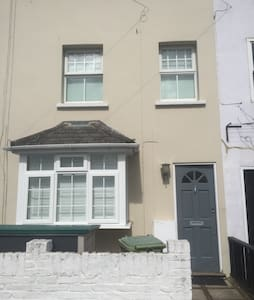 Spacious 3 bedroom terrace home. - Twickenham - Haus