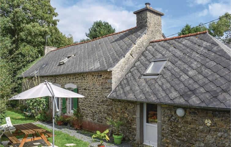 Holiday cottage with 1 bedroom on 75 m² in Tréméven