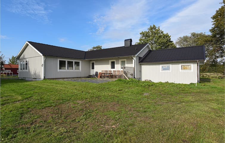 Holiday cottage with 5 bedrooms on 140m² in Sjövik