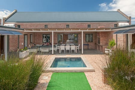 Stylish family home in Stilbaai 6BR with pool