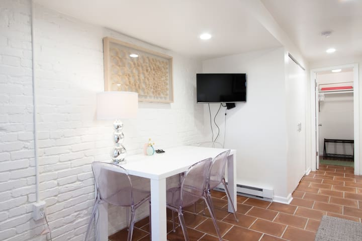 WELL-EQUIPPED STUDIO APT | WALK TO METRO SUBWAY!