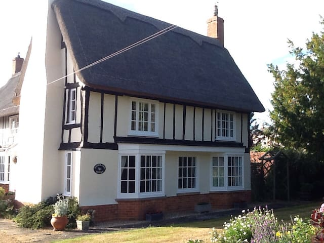 King size bed in beautiful thatched country house - Riseley - Hus