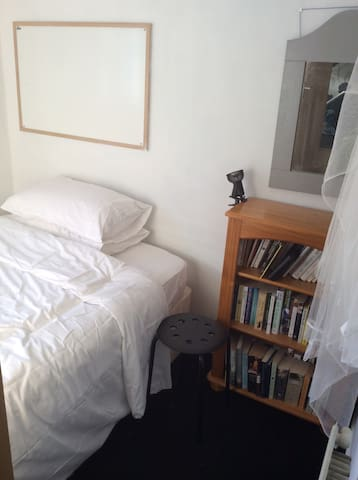 Very small room in a family home - Norwich - House