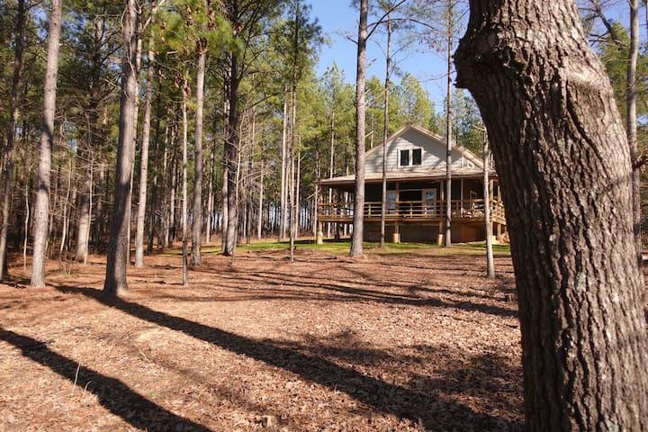 Lakeside luxury cabin on 125 acres (25 min to MSU)