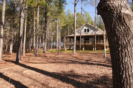 Lakeside luxury cabin on 125 acres (25 min to MSU)