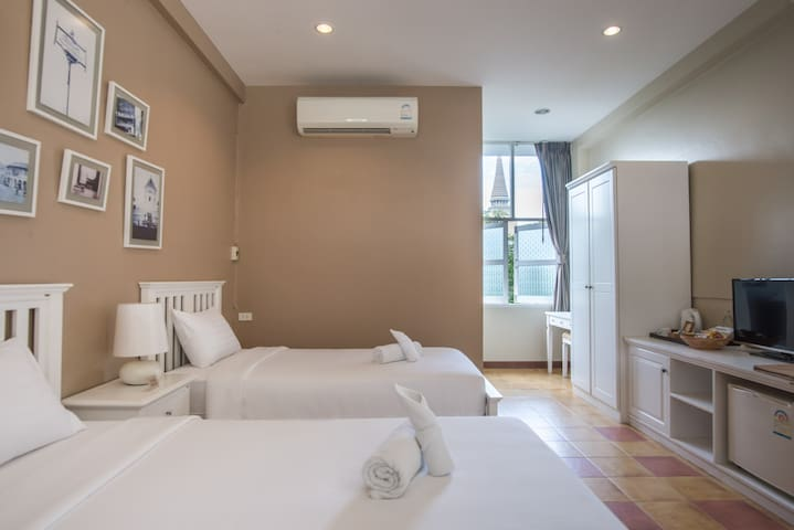 Private room in old town walk-able to everywhere