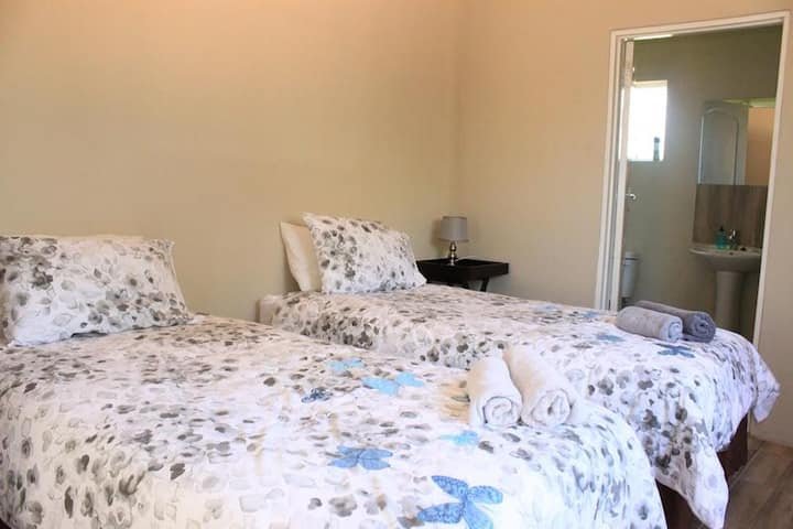 [8] Self-catering twin beds en-suite