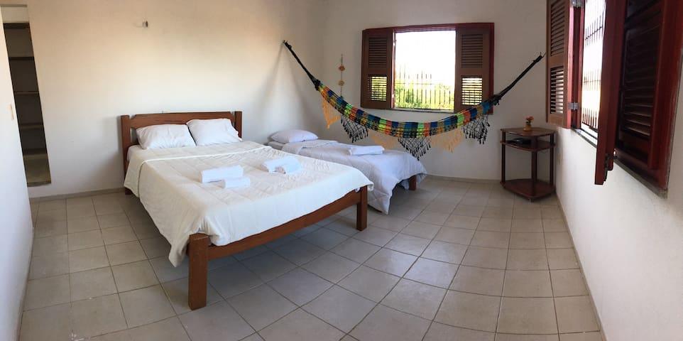 Suíte com closet, vista parcial do mar e total das dunas, super ventilada , cama Queen