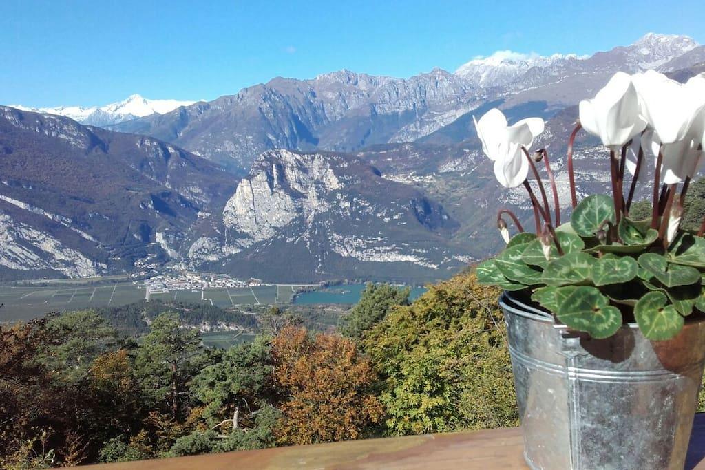 vista dal balcone, sullo sfondo le Dolomiti di Brenta e nella valle il lago di Toblino