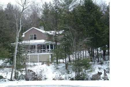 Comfortable cabin in wooded lot on pond in NH - Wilmot - 獨棟