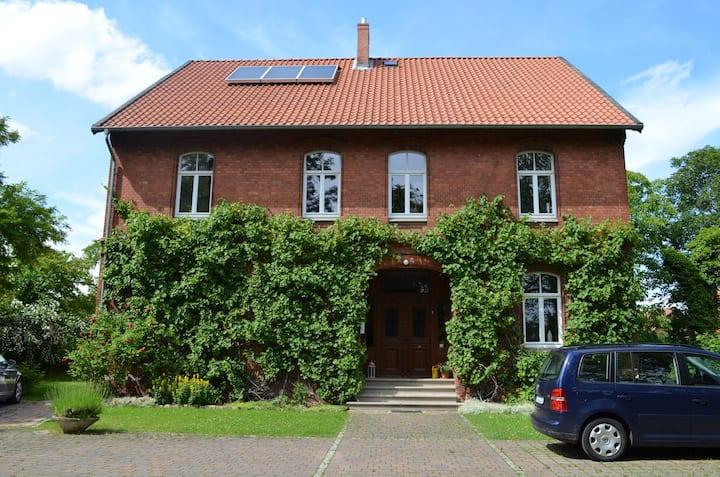 Wohnen in alter Dorfschule in Messe-Nähe