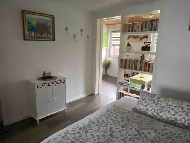 Blick vom 2. Wohn-/Schlafzimmer zum Fernsehzimmer