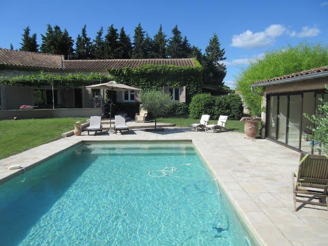 Villa agréable proche de St Rémy de Pce - Maillane - 一軒家