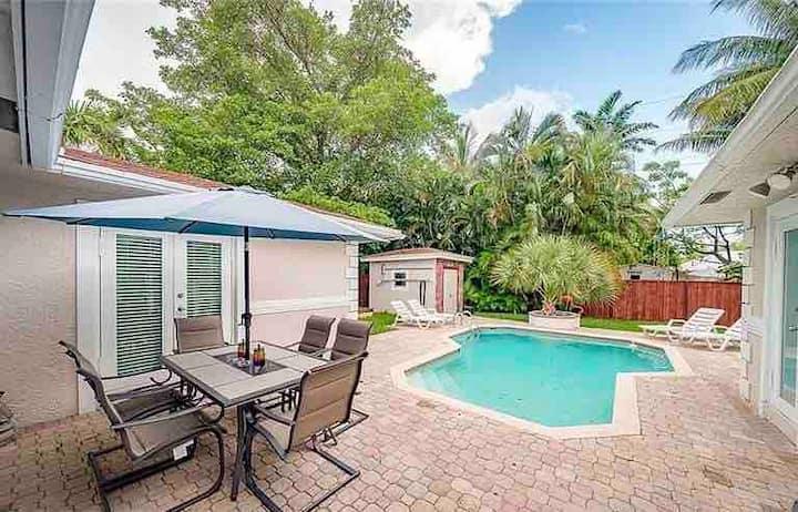 5 beds/3 baths Sunny Breeze Intercoastal pool home