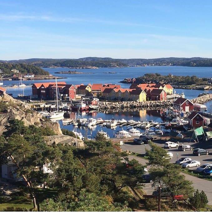 Utsikten over sjøbodene fra en av de mange turstiene området har å by på.