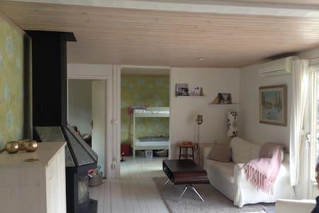 Mysig sommarstuga med gästhus nära vattnet - Nynäshamn S - 小木屋