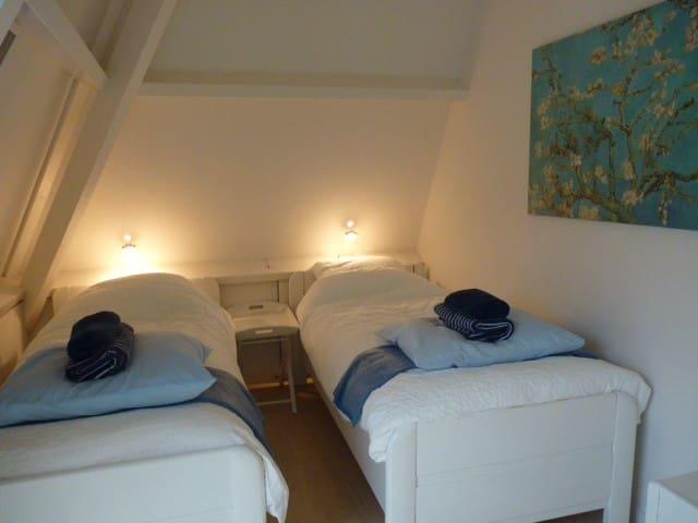 Slaapkamer 2 met 2 1-persoons bedden