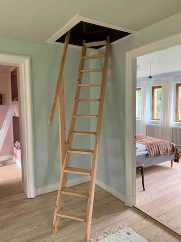 Trappen op til 2 sal, soveværelse med seng fra væg til væg. 2x140cm