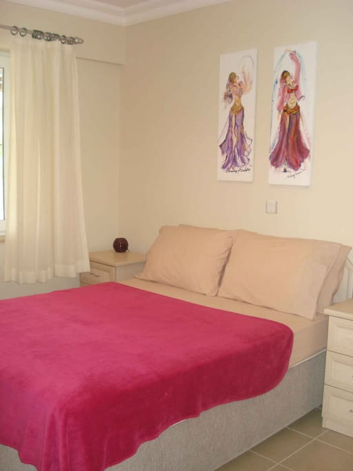 Главная спальня- высокая кровать с сундуком. Main bedroom with doublebed / storage under bed