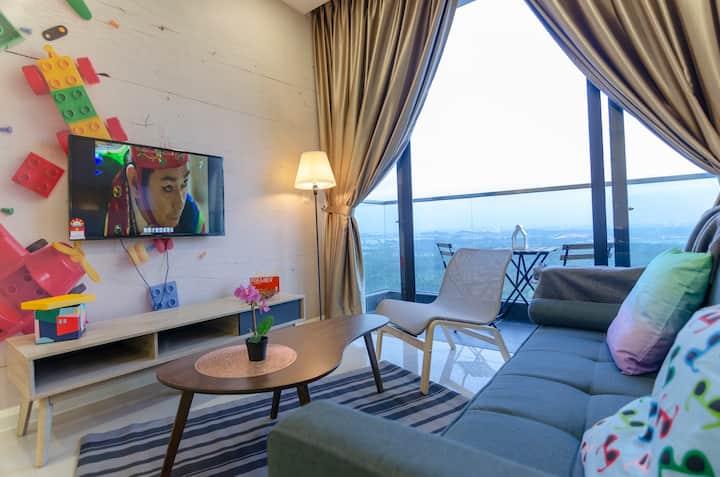 3BR D'Pristine Suite, Stunning Views & Near LEGOLAND