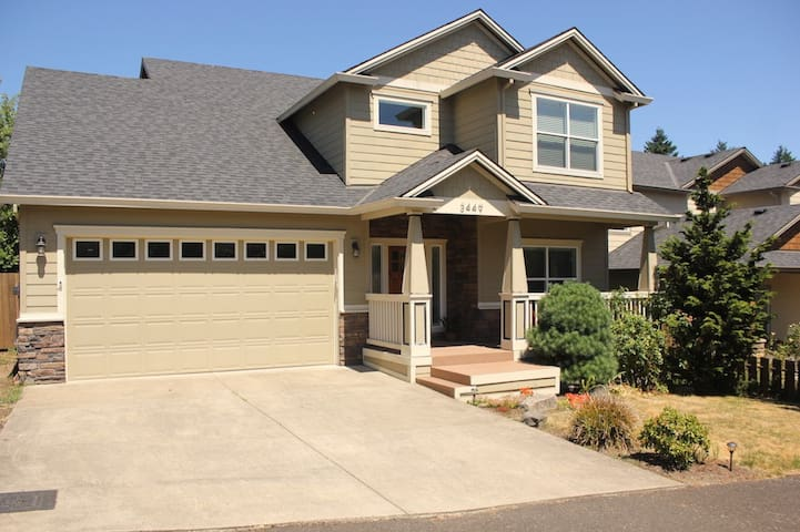 Wonderful 4 bedroom Family home with Mt Hood View