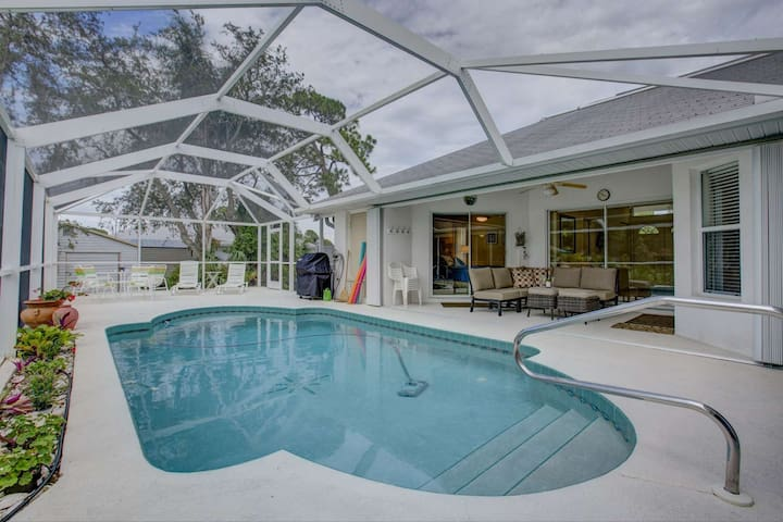 Bring Fido, Close to Beach & Park, Wifi Included, Pool Home, Walk to Shamrock Park.