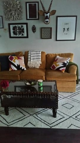 Eclectic and comfy townhome-SUPERBOWL RENTAL
