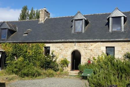 Maison typique Bretonne  à 2 Km de la mer - Saint-Michel-en-Grève - House