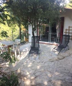 Petit studio avec jardinet sur hauteurs Sausset