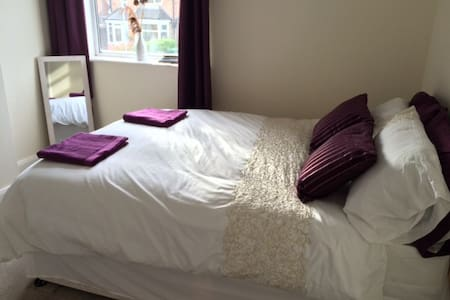 Private Double Bedroom - Birstall - House