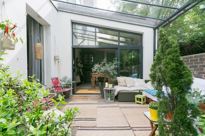 Grande Maison avec piscine/ jardin (près du métro)