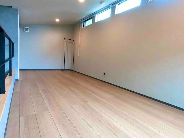 寝室3は、ロフト状の2階部分です。完全個室にはなりません。ここに床置きの高反発マットレスを4枚(横一列でも他の字型でも)敷くことができます。 十分な高さの柵はありますが、よじ登れば転落する可能性があります。小さなお子様はお気をつけ下さい。