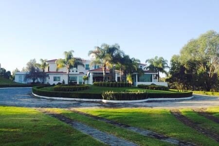Habitación privada y terraza - Zapopan
