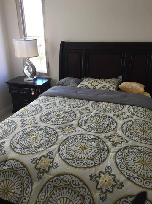 家具都是品牌实木的,queen-size大床,床上用品全新购买,床垫是独立弹簧记忆棉,让您在睡梦中追求健康