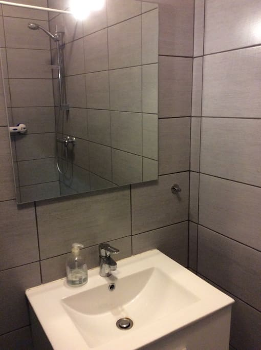 Salle d'eau avec douche italienne et lavabo