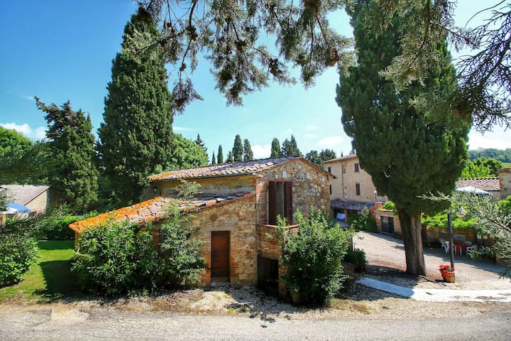 Lovely apartment with private garden © in the heart of Tuscany.