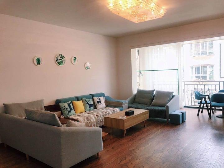 御府民宿402,位于君御华府小区内,市政府旁,超大户型,独栋房源,四室四卫一厅